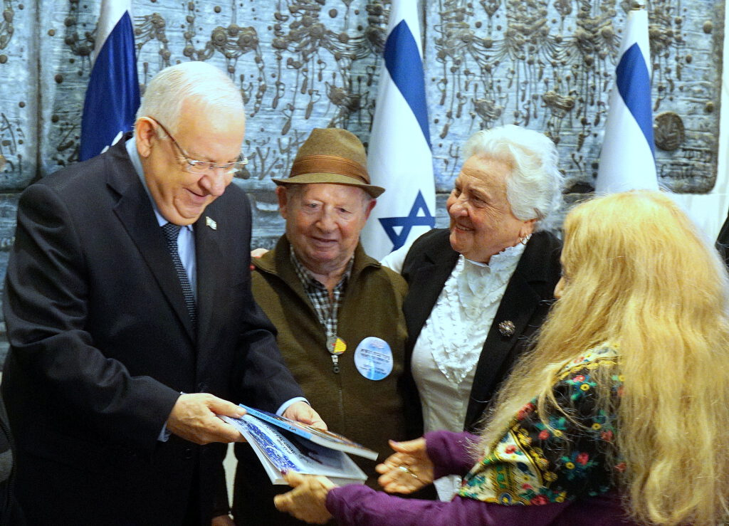 מגישים לנשיא עבודות יד של ניצולי השואה