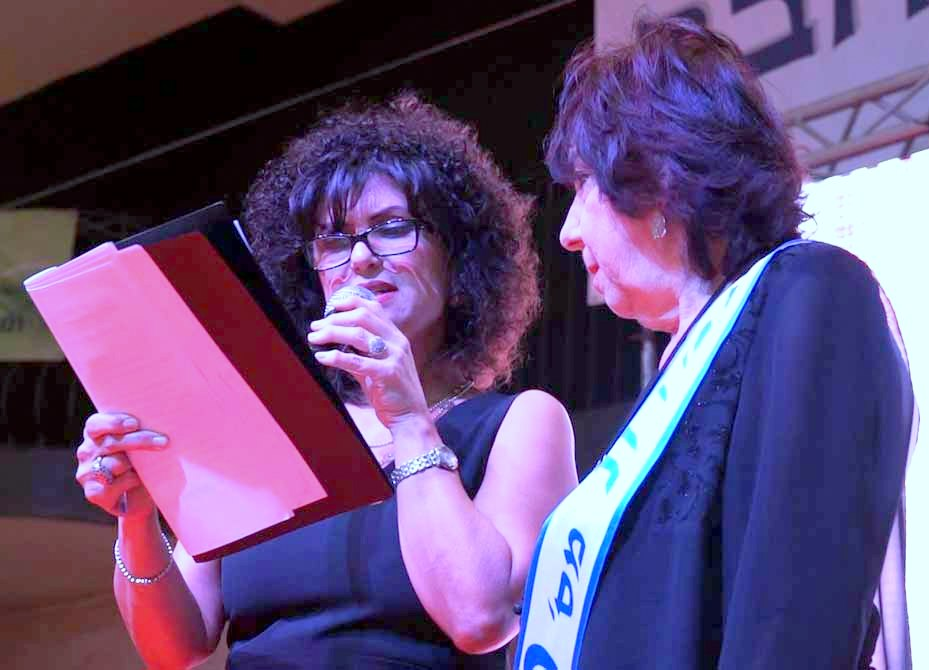 נערת החן עירית דנציגר ומנחת האירוע אסנת וישינסקי