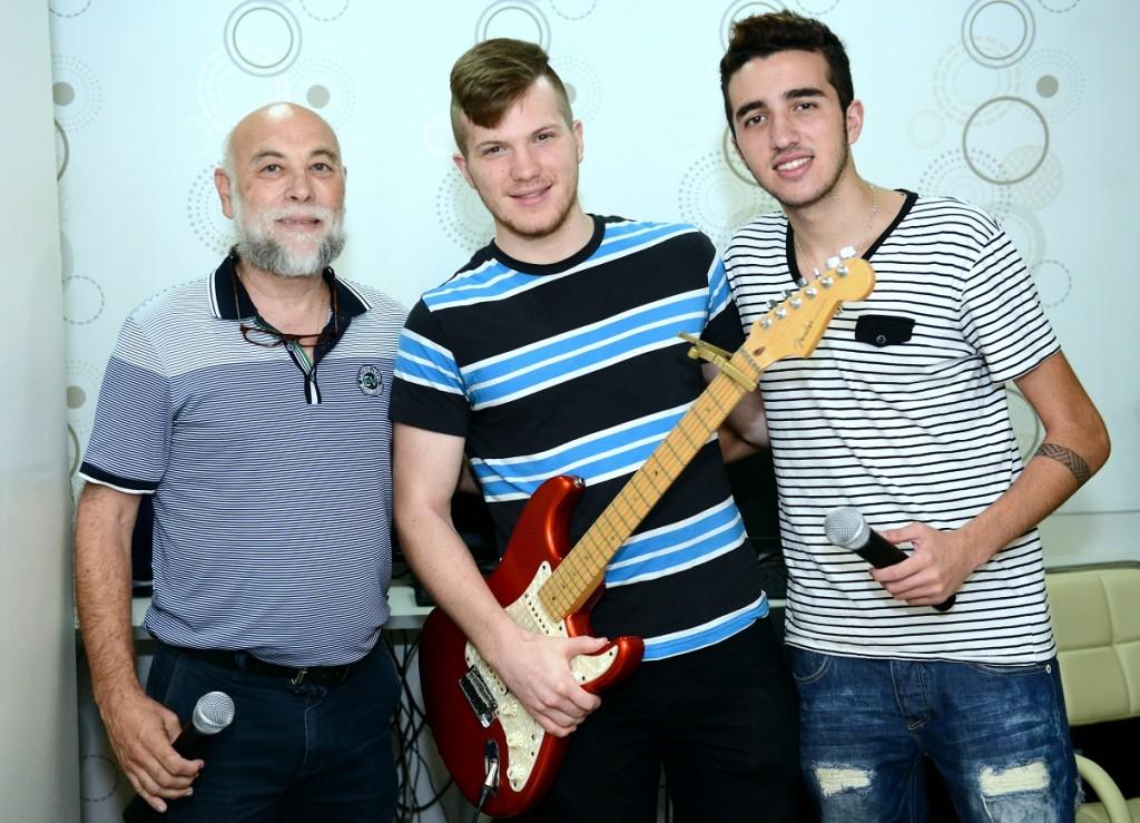 מימין: הזמר הצעיר עמית כהן , נגן הגיטרה עדן לוי , וזמר הבית של העמותה גדעון לייבוביץ , שהופיעו באירוע בהתנדבות .