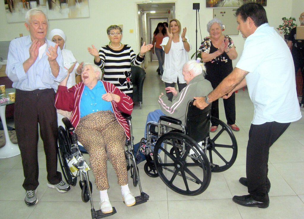 """מזל טוב: עמותת """"יד עזר לחבר"""" חגגה לאהרון יום הולדת 100 !"""