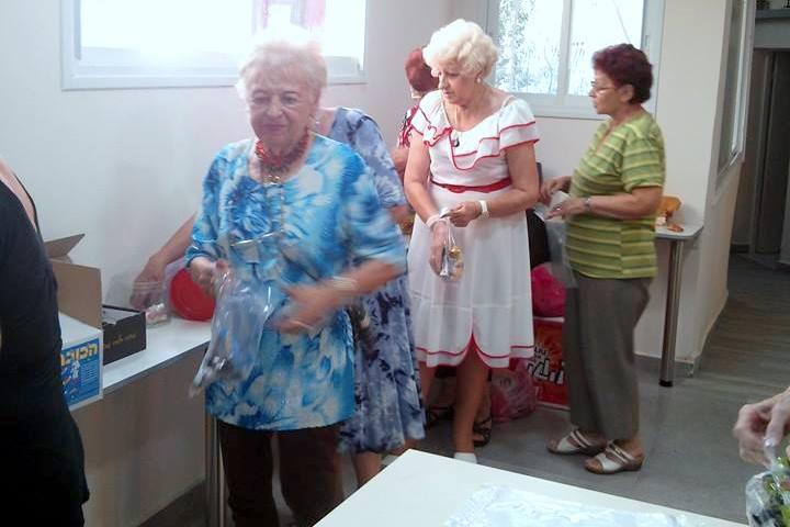 """ניצולי השואה מ""""הבית החם לניצולי השואה"""" שולחים מידיי יום מאות חבילות לחיילי צה""""ל"""