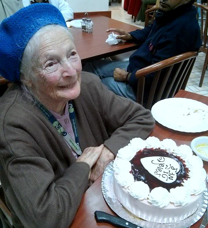 ניצולת השואה ודיירת הבית החם הוותיקה הגב' שושנה קולמר חגגה את יום הולדתה ה - 95