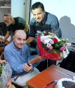מייסד העמותה מר שמעון סבג , העניק זר פרחים יפה ומתנה למר גינצבורג לרגל יום חגו
