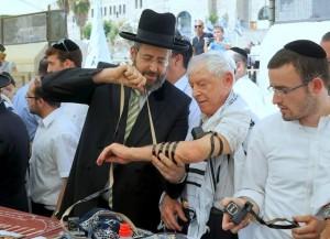 אף פעם לא מאוחר מידיי , באיחור של 70 שנים: בר ובת מצווה מאוחרת ומרגשת ביותר לעשרות ניצולי שואה בכותל המערבי בירושלים