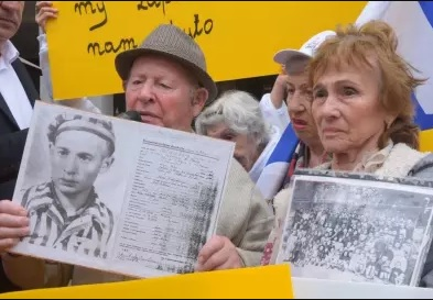 """ניצולי שואה פרצו לשגרירות פולין: """"שום חוק לא ימחק את ההיסטוריה"""""""