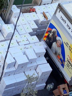 """נמשך """"מרתון"""" אריזת חבילות המזון לחג הפסח לניצולי שואה ולנזקקים !"""
