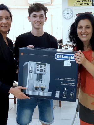 """תלמידי בית הספר """"הריאלי"""" תרמו מכונת קפה אספרסו לניצולי השואה"""