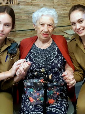 """חיילי פיקוד הצפון ביקרו ב""""בית החם של ניצולי השואה"""" בחיפה"""