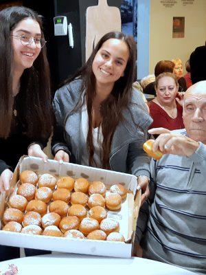 """לקראת חג החנוכה: תלמידי ביה""""ס תיכון מקיף נשר שימחו את ניצולי השואה"""