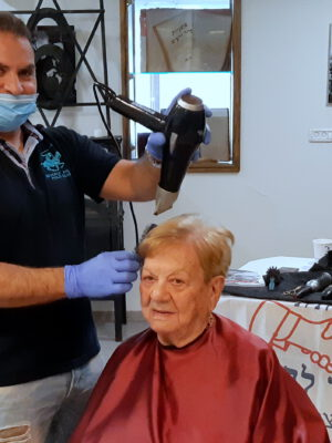 בצל משבר הקורונה: מעצבי שיער סיפרו בהתנדבות מלאה את ניצולי השואה