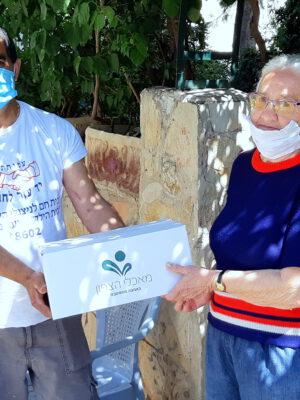 """עמותת """"יד עזר לחבר"""" ממשיכה לחלק חבילות מזון לניצולי שואה, קשישים ולמשפחות מעוטי יכולת"""