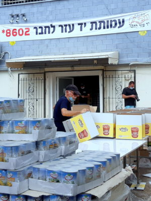 Approaching Rosh Hashana: Thousands of food packages were prepared and distributed to Holocaust survivors and underprivileged families in an extensive and unprecedented operation by Yad Ezer L'Haver in Haifa ● The association will continue to distribute packages until the Holiday Eve and calls on the general public to open their hearts, help and contribute  Call* 8602