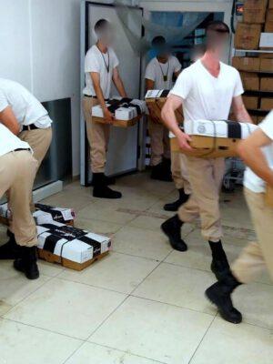 """חיילי """"קורס צוללן 121"""" של זרוע הים התנדבו ב""""מרכז המזון המרכזי"""" של עמותת """"יד עזר לחבר"""" בחיפה"""