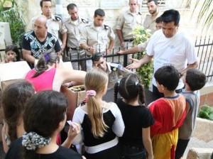 חלוקת המזון בעמותת יד עזר לחבר בחיפה צילום: אלכס רוזקובסקי