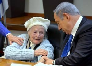 ניצולי שואה מיד עזר מתארחים אצל מר בינימין נתניהו במשרד ראש הממשלה שבלשכתו בתל - אביב