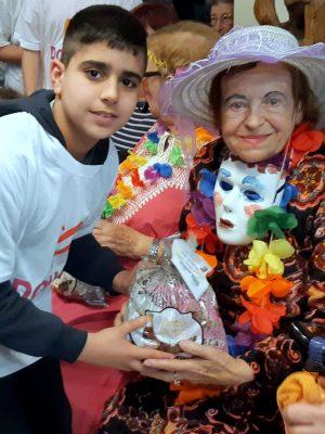 """חג הפורים: תלמידי ביה""""ס """"יזרעאליה"""" שימחו את ניצולי השואה במסיבת פורים שמחה ועליזה"""