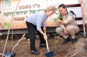 """נטיעת עצים בחורשת """"מוזיאון יד לניצול"""" טקס יום השואה הבינלאומי"""