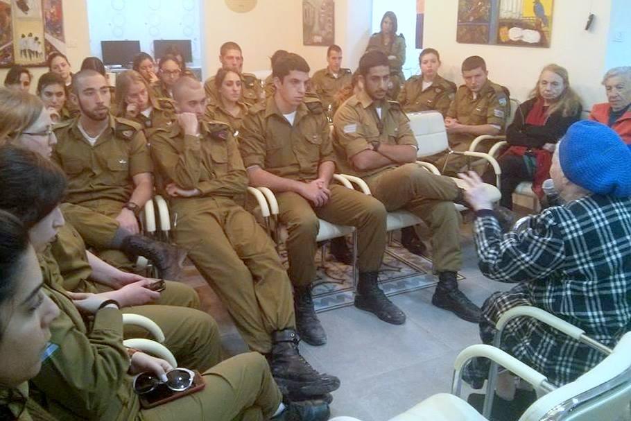 """חיילי המודיעין הגיעו ל""""יום התנדבות"""" ב""""בית החם לניצולי השואה"""""""