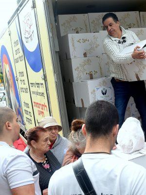 """אלפי חבילות מזון לחג הפסח חולקו לניצולי שואה ולנזקקים במבצע ענק וחסר תקדים של עמותת """"יד עזר לחבר"""" בחיפה"""