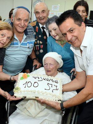 """מזל טוב: עמותת """"יד עזר לחבר"""" חגגה לשושנה יום הולדת 100 ביחד עם שרת התרבות והספורט מירי רגב"""