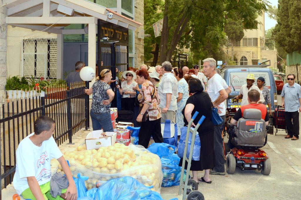 """אלפי חבילות מזון לראש השנה חולקו לנזקקים במבצע ענק של עמותת """"יד עזר לחבר"""""""