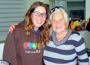 """הדלקת הנר הרביעי של חנוכה ב""""בית החם לניצולי שואה"""" הוקדשה לפעילות של """"סבתות וסבים עם נכדים ונינים"""""""
