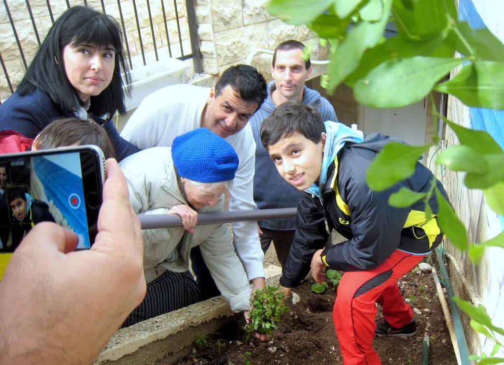 """תלמידי ביה""""ס """"יזרעאליה"""" ומפקחים ממשרד החינוך ביקרו בעמותה לקראת חג ט""""ו בשבט"""