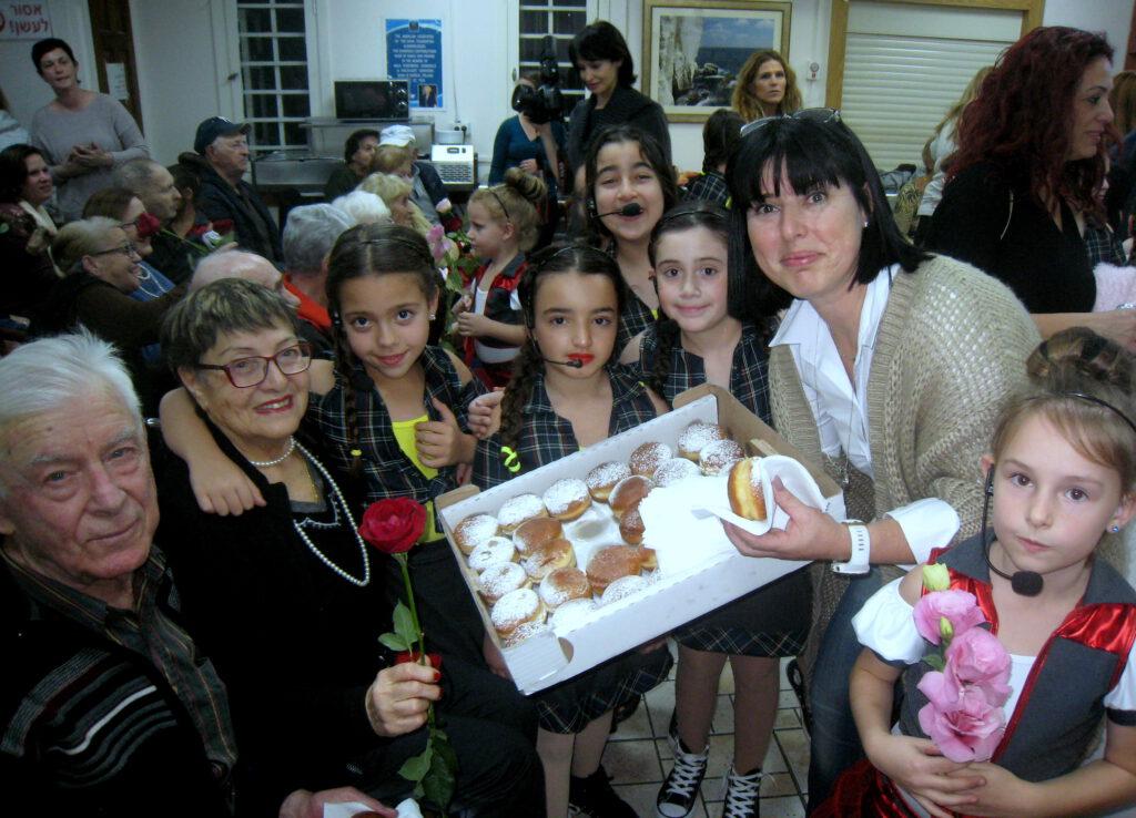 """מרגש לחנוכה: תלמידי ביה""""ס """"יזרעאליה"""" שימחו את ניצולי השואה"""