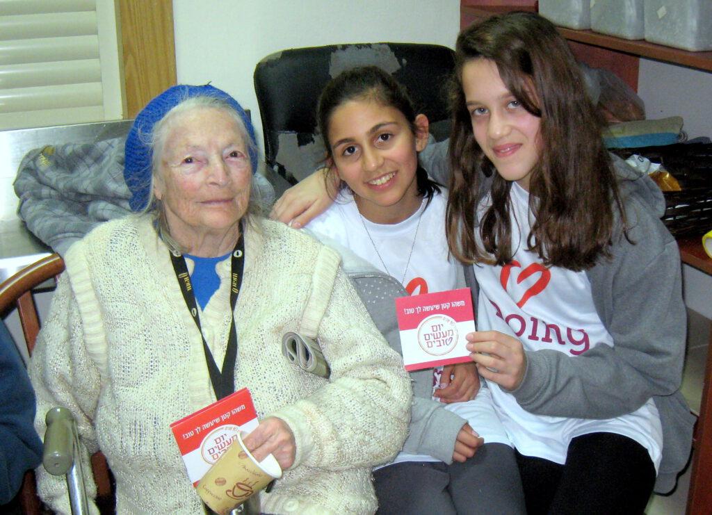 """תלמידי ביה""""ס """"יזרעאליה"""" שימחו את ניצולי השואה ב""""יום המעשים הטובים"""""""