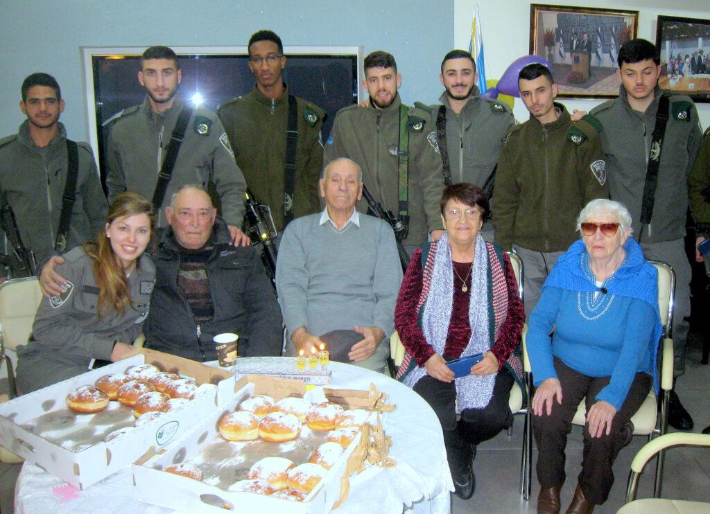 """חיילי """"משמר הגבול"""" הגיעו לשמח את ניצולי השואה בחג החנוכה"""