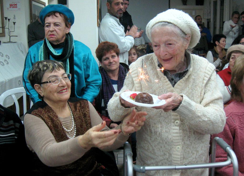 """תלמידי ביה""""ס """"יזרעאליה"""" שימחו בשירה וריקודים את ניצולי השואה בחג החנוכה"""