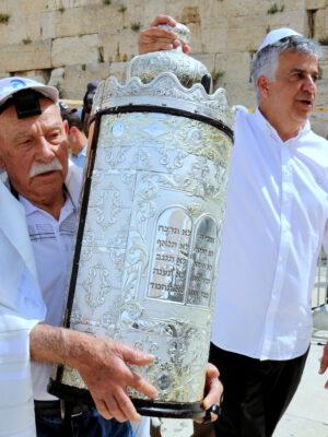 """""""חזרתי להיות היום בן 13"""": ניצולי השואה חגגו בר מצווה מרגשת בכותל המערבי בירושלים"""
