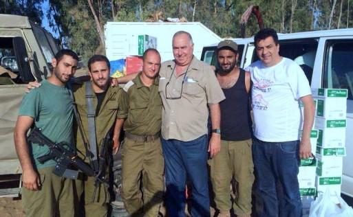 """Die Holocaust-Überlebende der Yad Ezer Lahaver-Stiftung packten jeden Tag tausende Päckchen für die Soldaten der israelischen Armee während der Operation """"Protective Edge"""" im Jahr 2014"""