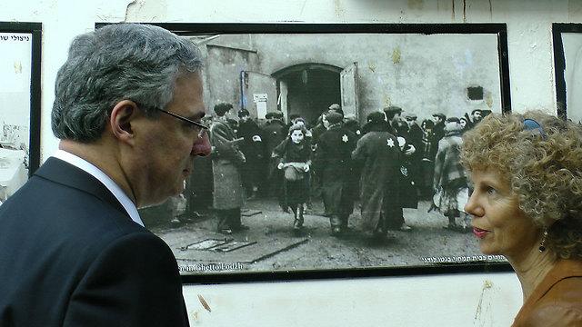 אדלר ליד התמונה במרכז הסיוע. התרגש (צילום: דוד לוי, עמותת יד עזר לחבר)