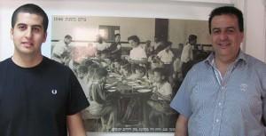 שמעון סבג ובנו רועי. במרכז תמונת אמו של שמעון סועדת יתומים לפני קום המדינה