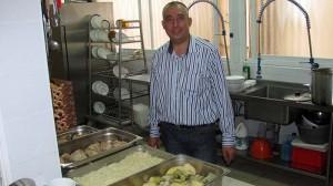 שוקרי עמארה - מנהל תחום המזון וגם מבשל - יד עזר לחבר