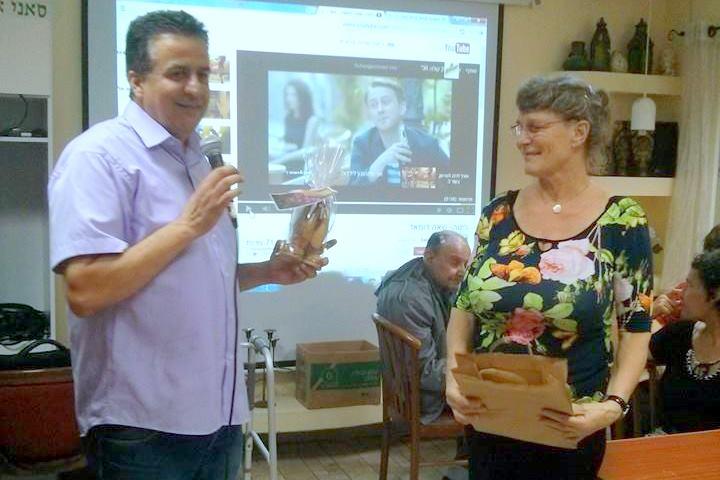 """מסיבת הפרידה לאחות טריה , טריה שהגיעה להתנדב לפני כשנה ב""""בית החם לניצולי השואה"""" של העמותה"""