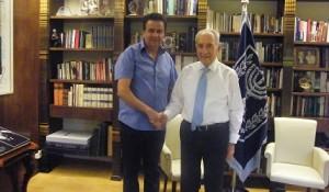 שמעון פרס מברך את שמעון סבג על פעולתו למען השכבות החלשות בישראל