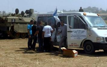 ניצולי השואה של העמותה, מתכנסים מידיי יום במועדון החדש ואורזים אלפי חבילות לחיילים בדרום.