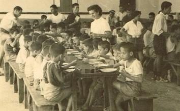 Roza Shabag, die Mutter von Shimon Sabag, verteilt Essen an Waisenkinder im Jahr 1946